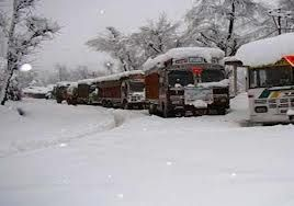 Snowfall halts traffic on Srinagar-Jammu highway